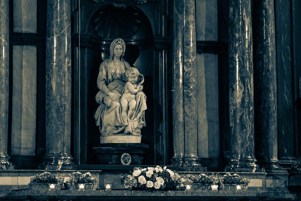 פסל המדונה והילד בכנסיית גבירתנו