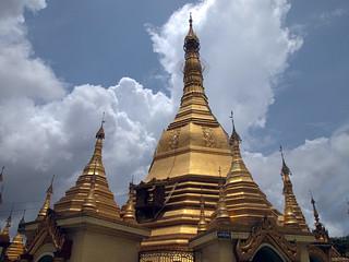 Bild von Sule Pagoda in der Nähe von Shwedagon Pagoda. travel architecture pagoda asia southeastasia buddha yangon burma religion buddhism myanmar spirituality spiritual burmese rangoon sule sulepagoda