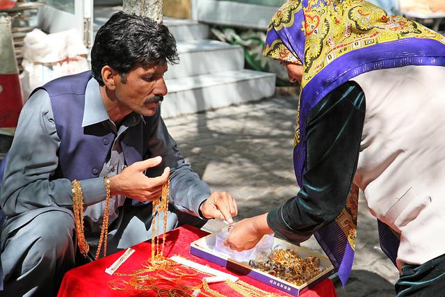 A woman selecting accessary in the street, Urumqi ウルムチ、山西巷バザールでアクセサリーを選ぶ女性