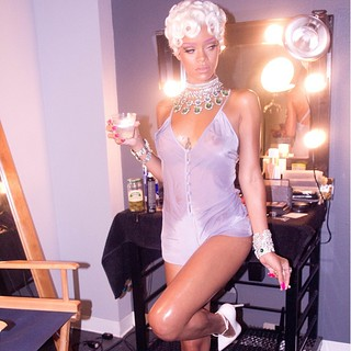 Rihanna Pour it Up behind the scenes pictures and Video