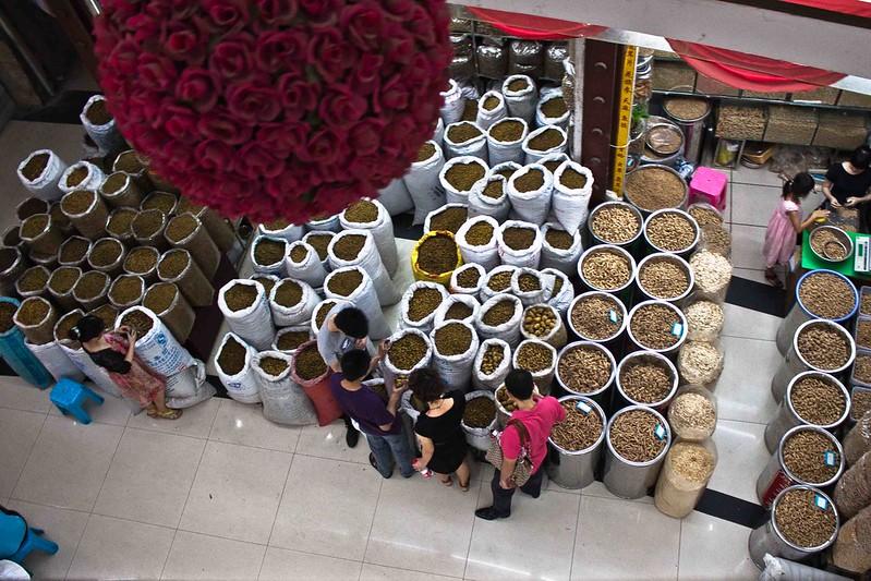 Vista cenital de un puesto dentro de un edificio en el mercado de Qingping.