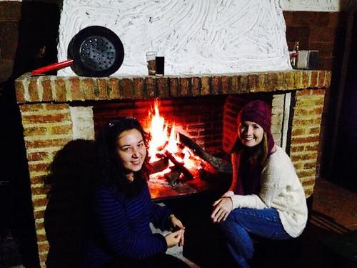 Doris y Cristina junto a la hoguera