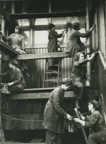 Women painting Hammersmith Station, c1916. Credit: LSE Library