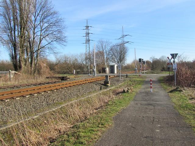Im Sonnenschein sieht doch sogar ein gammeliger Bahnübergang irgendwie nett aus.
