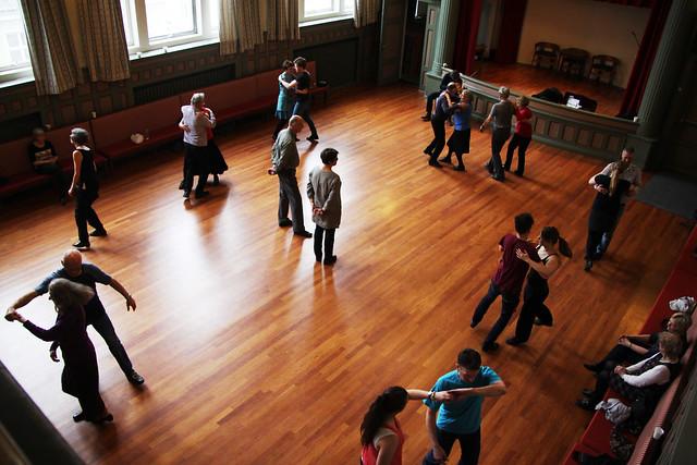 Dansekurs i hallingspringar. Foto: Kjersti J. Nybø