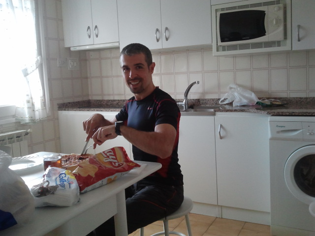 Comiendo en un albergue el Camino de Santiago
