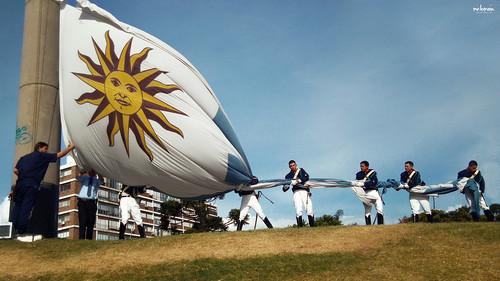 • Es muy bella mi bandera, mi bandera Nada iguala su lucir, su lucir •