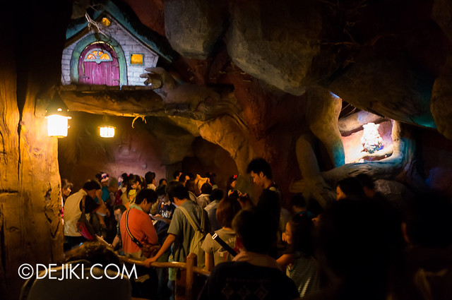 Splash Mountain - Indoor Queue and Loading