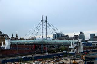 Poplar DLR Station et sa passerelle piétonne