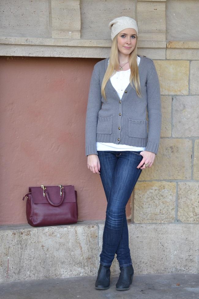 Outfit Weinrote Tasche und Mütze (2)