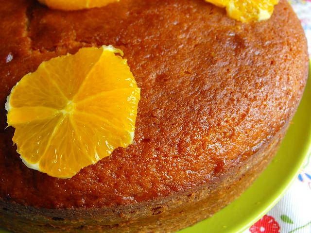 Bolo com calda de mel e laranja