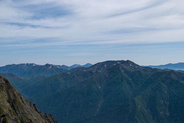 朝日岳の左奥に中ノ岳と越後駒ケ岳、巻機山