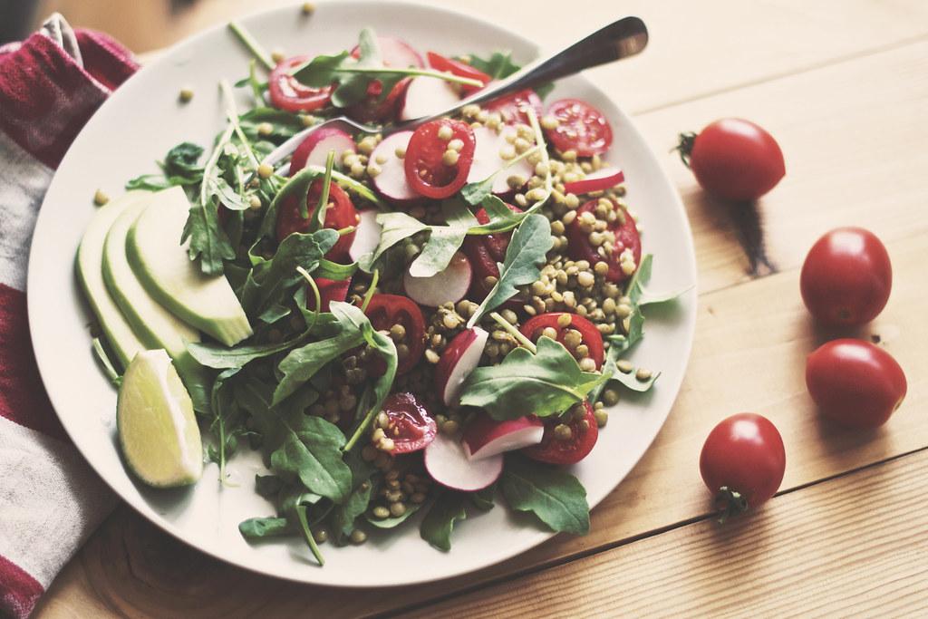 Салат с овощами и чечевицей
