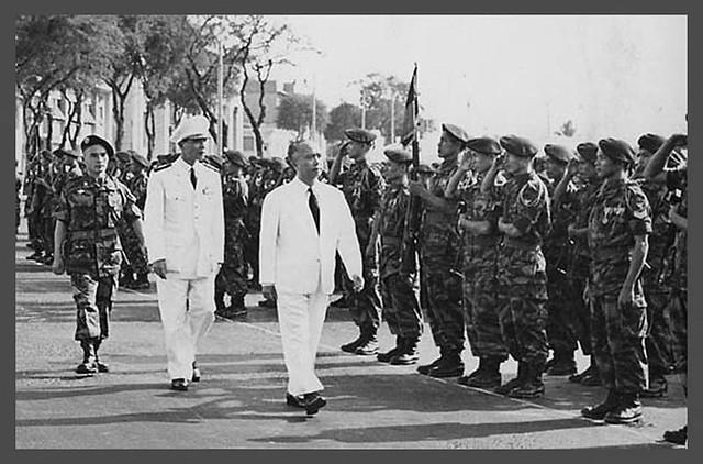 SAIGON 1958 - Phó Tổng Thống Nguyễn Ngọc Thơ duyệt hàng quân danh dự các binh sĩ nhảy dù