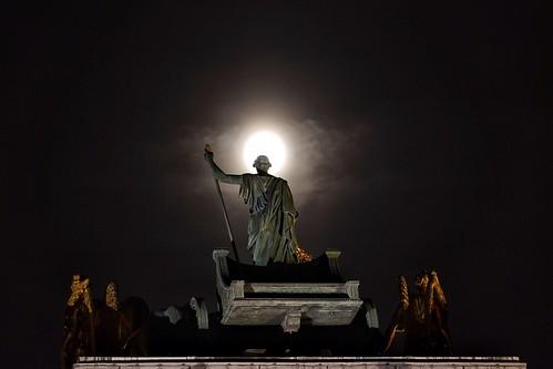 Halo/Louvre/full moon