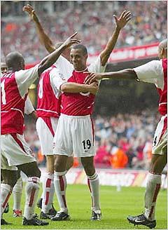 Gilberto Silva comemora primeiro gol com a camisa do Arsenal.