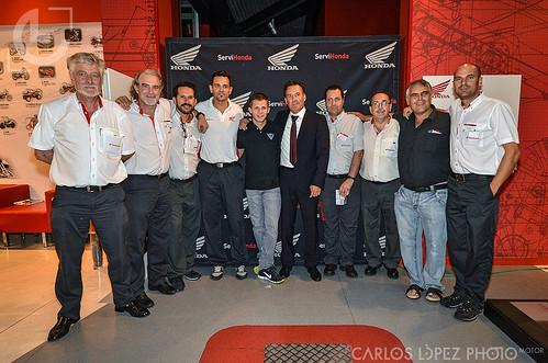 Stefan Bradl (MotoGp), con M. Cabello y algunos empleados de concesionario oficial Honda para Málaga (Servihonda)