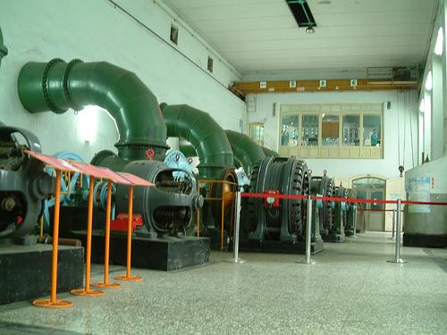 大水管發電機。水進入竹仔門電廠,變成電,也成為農村的動脈。圖片提供:李慧宜