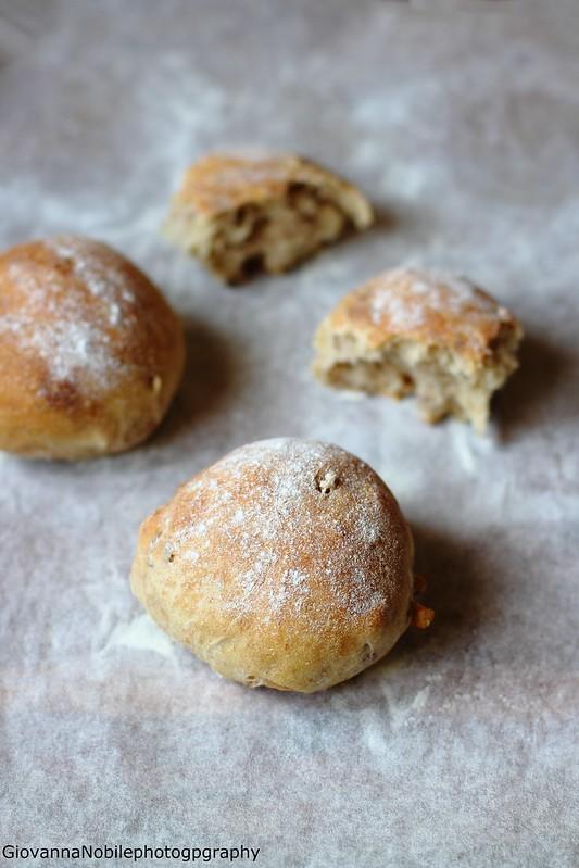 Ricetta dei panini di farina semi integrale 2 all'olio extravergine di oliva e noci