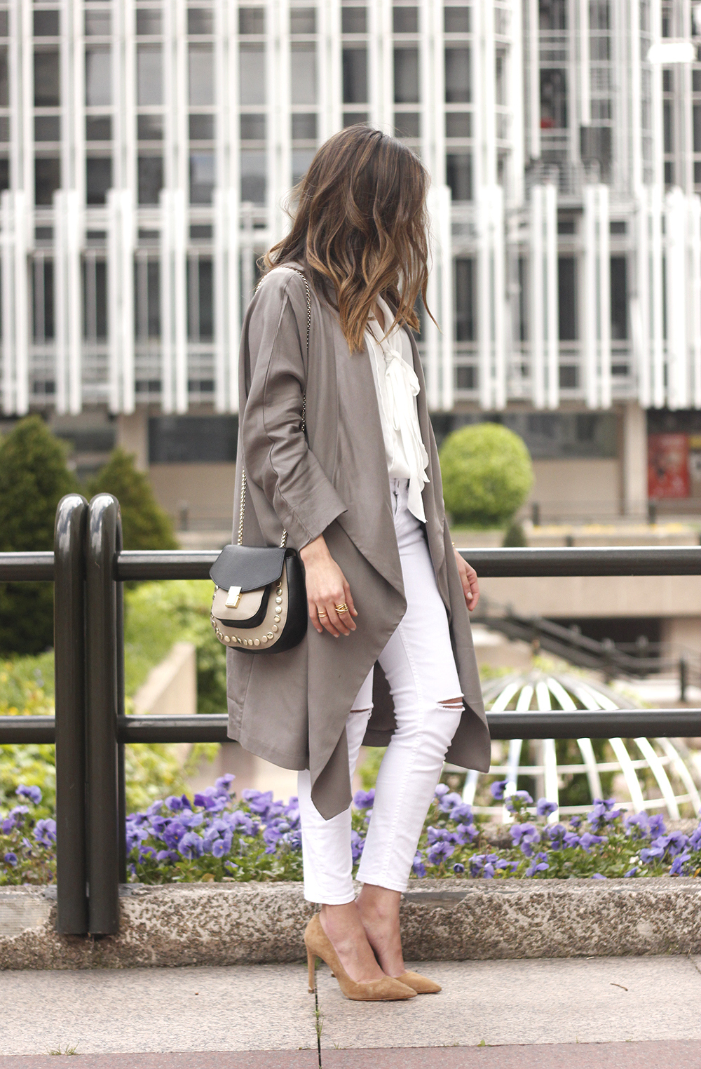 grey and white outfit trench spring streetstyle sunnies nude heels ripped jeans02