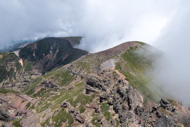 奥の院より岩場を下って硫黄岳へ・・・台座ノ頭を左に巻ながら下る