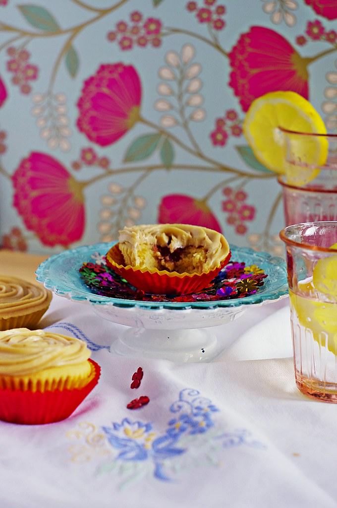 cupcakes z maslem orzechowym i dzemem malinowym