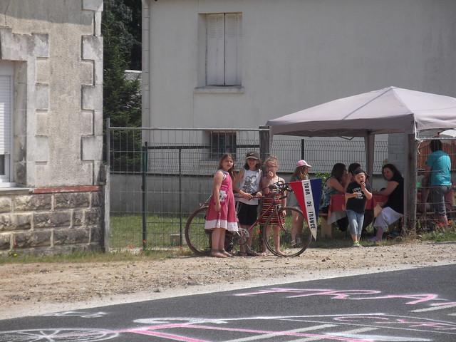 Des enfants fiers de leur vélo corne de brume