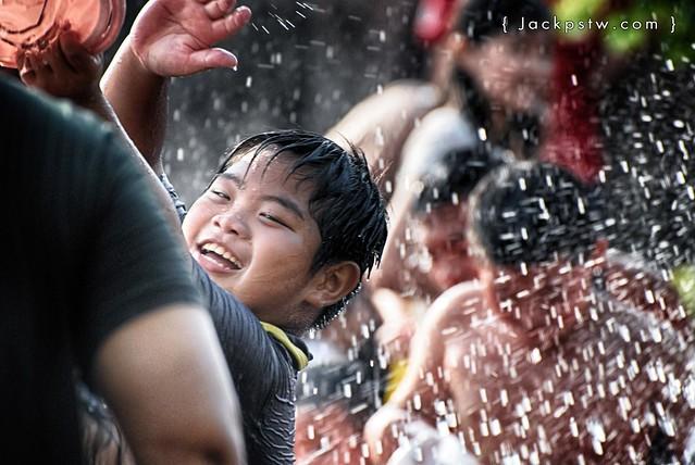 小朋友在玩水節的照片