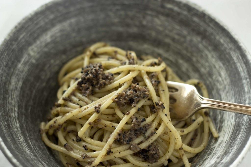 Spaghetti al tartufo nero di norcia / spaghetti with black truffle, garlic, and anchovy / 长的圆面条配黑松露酱,大蒜,和凤尾鱼