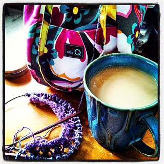 Good Morning... dishes done, dogs feed, now a little me time! #coffee #knitting #dellaQ #knitstagram #flickeringthistle #scarf #Cascade #souk