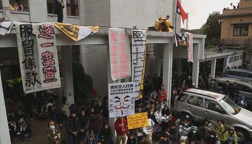 民主課程在立法萬外的街頭進行著。