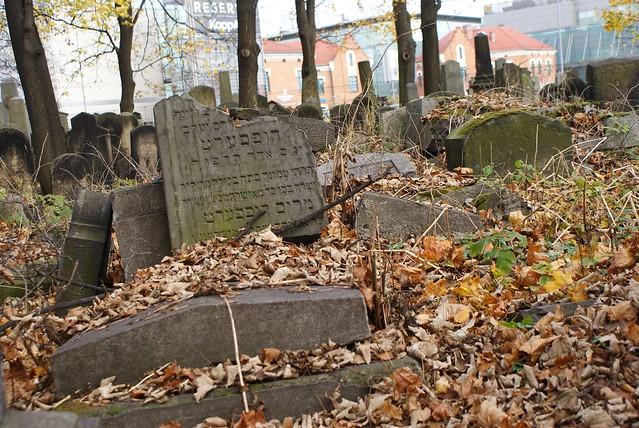 > Stèle brisée du nouveau cimetière juif  de Cracovie.