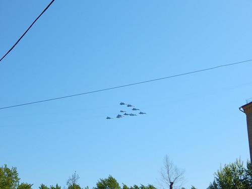 самолеты летят над двором1