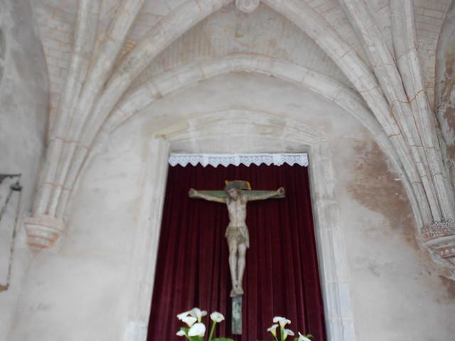 Parte de uno de los arco ojivales y el  Santo Cristo de la Capilla del Humilladero de Cudillero