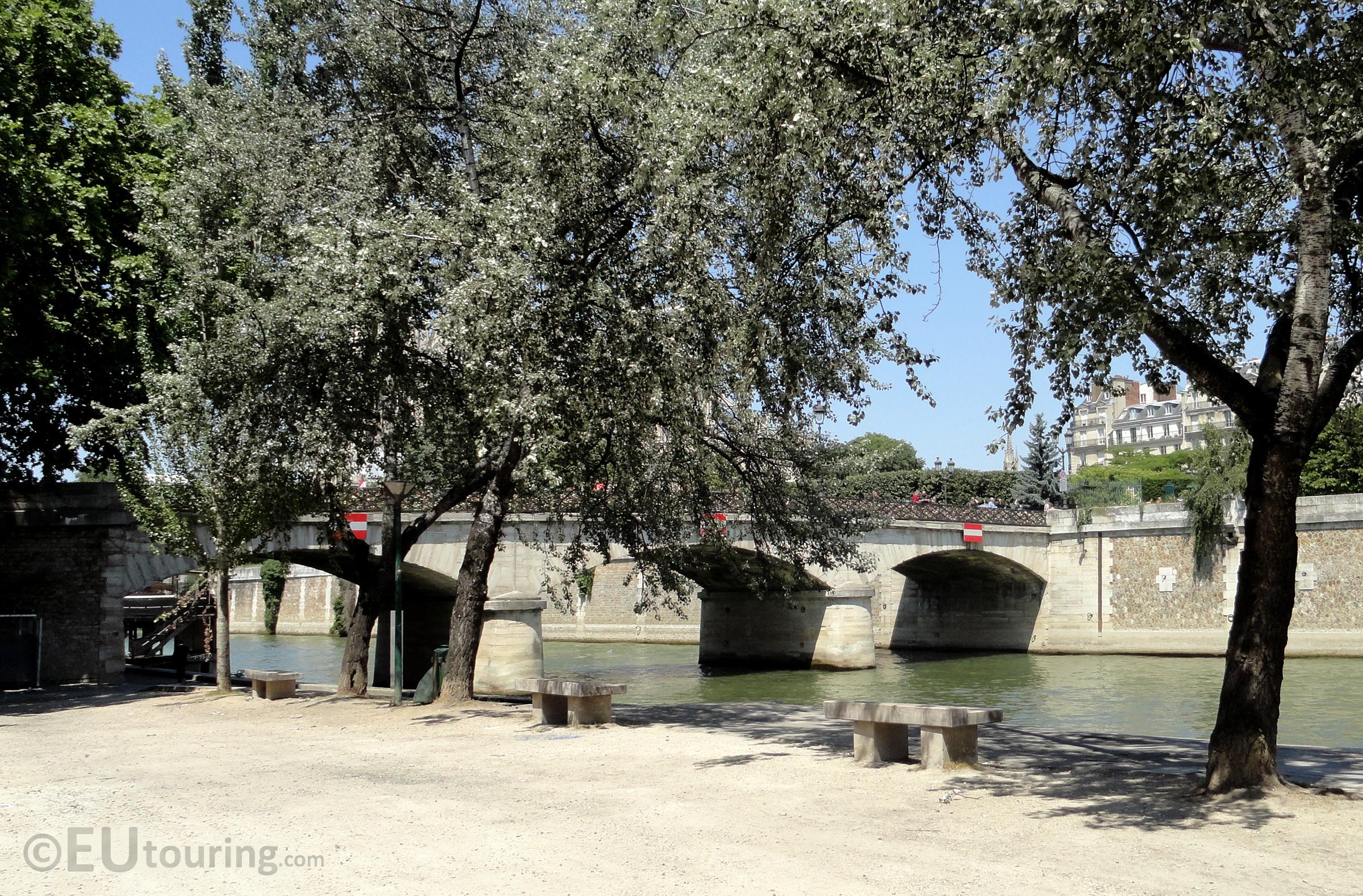 Quay next to Pont de l'Archeveche