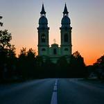 Kein Autofahrer auf der Torontaler Landstraße kommt vor Billed an dem Anblick vorbei: mit der Alexanderhausener Kirche setzte der Agramer Bischof vor 180 Jahren als Gutsherr und Erbauer ein Zeichen der barocken Banater Siedlungsgeschichte.