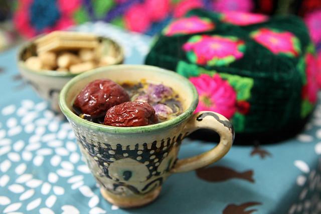 Uyghur style flower tea with a flower doppa ウイグル流の花茶と花ドッパ