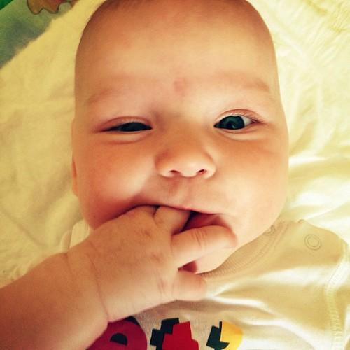 Этот хитрый младенец как бы сообщает, что она умудрилась отрастить целых два (!) первых зуба!