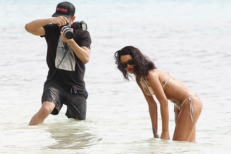 rihanna oiled down in bikini (14)