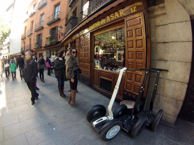 Llegada al restaurante Botín, el más antiguo del mundo, fundado en 1725 Segway tour por Madrid, turismo de futuro - 11694900585 f17885459b z - Segway tour por Madrid, turismo de futuro