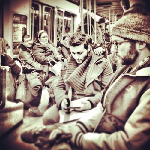 Il suivait le couple à sa droite depuis 2h. Parfois, il haïssait son métier. #mtl #montreal #quebec #stm #metro #public #people #ri365_2014 #vt0214 #igersmontreal #pixelromatic #snapseed