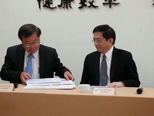 農委會主委陳保基(左)、國發會主委管中閔(右),24日記者會宣布 自由經濟示範區部分條文將修正。