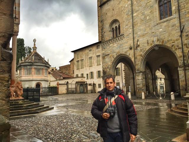 Sele en la Piazza Duomo de Bérgamo (Italia)