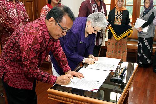 Dignitaries signing memoranda
