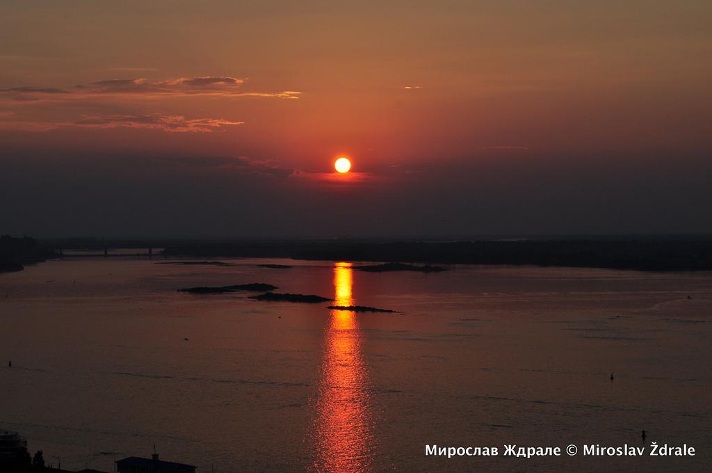 Puesta de sol en la desembocadura del río Oka, afluente del Volga. Óblast de Nizhny Novgorod. Autor, Miroslav Zdrale