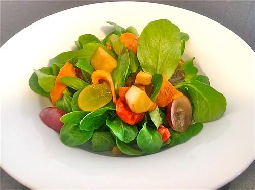 Nüsslisalat mit frischen gebratenen Pilzen und Weintrauben