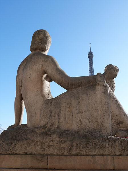 statue et tour eiffel