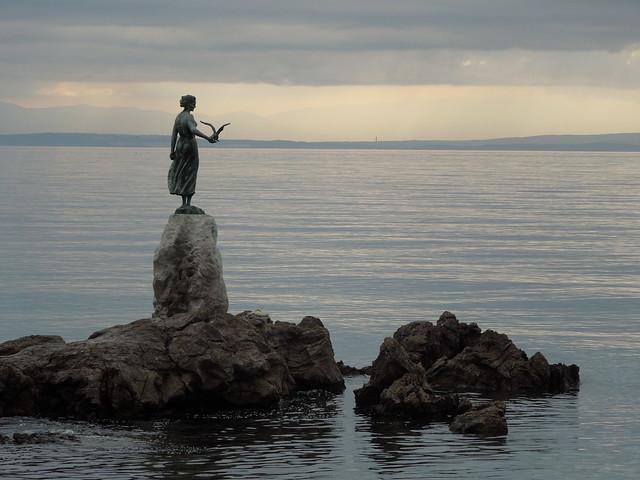 Статуя, скала, море