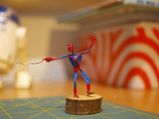 figura de spiderman hecha de cable y pintada