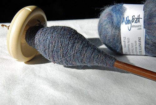 Handspinning Abby Batt on Tabachek holly drop spindle